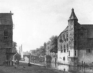 Een stadsgezicht, rechts een oud gebouw aan een gracht