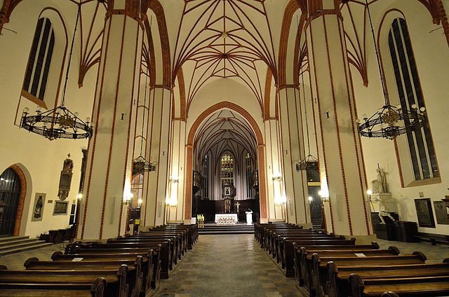 > Intérieur très sobre de la cathédrale Saint Jean à Varsovie.