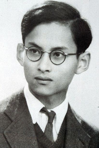 https://upload.wikimedia.org/wikipedia/commons/thumb/b/ba/King_Bhumibol_Adulyadej_Portrait-1945.jpg/411px-King_Bhumibol_Adulyadej_Portrait-1945.jpg