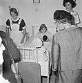Koningin Juliana tijdens de rondgang door het ziekenhuis, Bestanddeelnr 917-7361.jpg