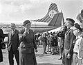 Lady Baden Powell in Nederland, inspectie van padvinders(sters) op Schiphol, Bestanddeelnr 914-1927.jpg