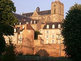 La muraille gallo-romaine et la cathédrale du Mans, deux des édifices emblématiques du Vieux Mans.