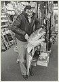 Leo Balk poseert met zijn in IJmuiden gevangen kabeljauw, in de Hengelsportwinkel van Paul Goedvolk aan de Botermarkt.JPG