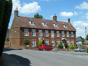 Soulbury - Lovett House, Chapel Hill – the stone known as the Soulbury Boot is close to the front of the red car