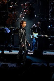 Ligabue all'Arena di Verona. Dietro di lui il chitarrista Niccolò Bossini ed una parte dell'orchestra di 70 elementi