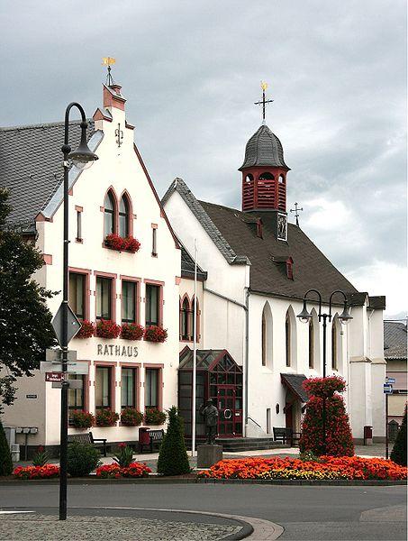 File:Mülheim-Kärlich - Rathaus u. Alte Kapelle (2009-08-02).jpg