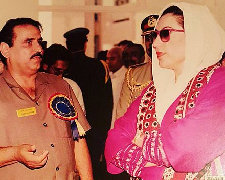 Benazir Bhutto inaugurant une institution d'enseignement en 1996.