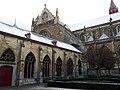 Maastricht, Sint-Servaasbasiliek, pandhof met oostzijde kruisgang.jpg