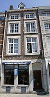 foto van Huis met lijstgevel, voorzien van rechthoekige omramingen van hardsteen.