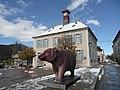 Maison du patrimoine et statue de l'ours en octobre 2018.jpg