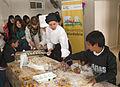 Mauricio Macri asistió a un taller sobre alimentos para celíacos en un comedor comunitario de Villa Soldati (8031092447).jpg