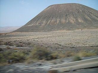 La Oliva - Image: Montaña Quemada y monumento a Miguel de Unamuno Tindaya Fuerteventura