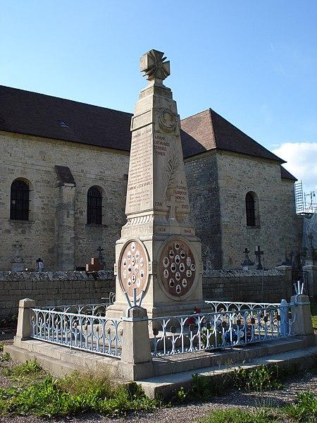 Monument aux morts de La Barèche (Doubs, France) commun aux communes de Durnes, Échevannes, Lavans-Vuillafans et Voires. Vue de face/gauche. Église Saint-Hippolyte en arrière-plan.