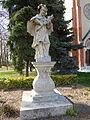 Nepomuki Szent János szobra a dunaharaszti templom előtt.JPG