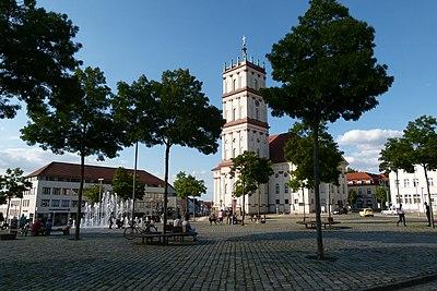Neustrelitz-Marktplatz mit Stadtkirche.jpg