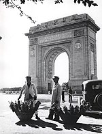 Nicolae Ionescu - Pretzel vendors in uniform in front of the Triumph Arch.jpg