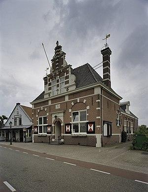 Kortenhoef - Image: Overzicht voorzijde met topgevel, boven ingangsportaal zit een gevelsteen met gemeentewapen Kortenhoef 20407975 RCE