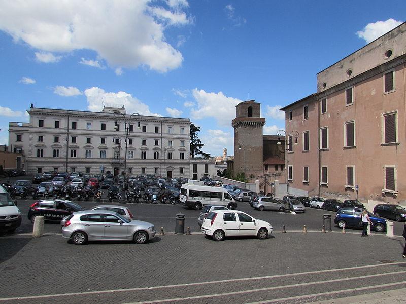 Piazza di San Pietro in Vincoli din Roma1.jpg