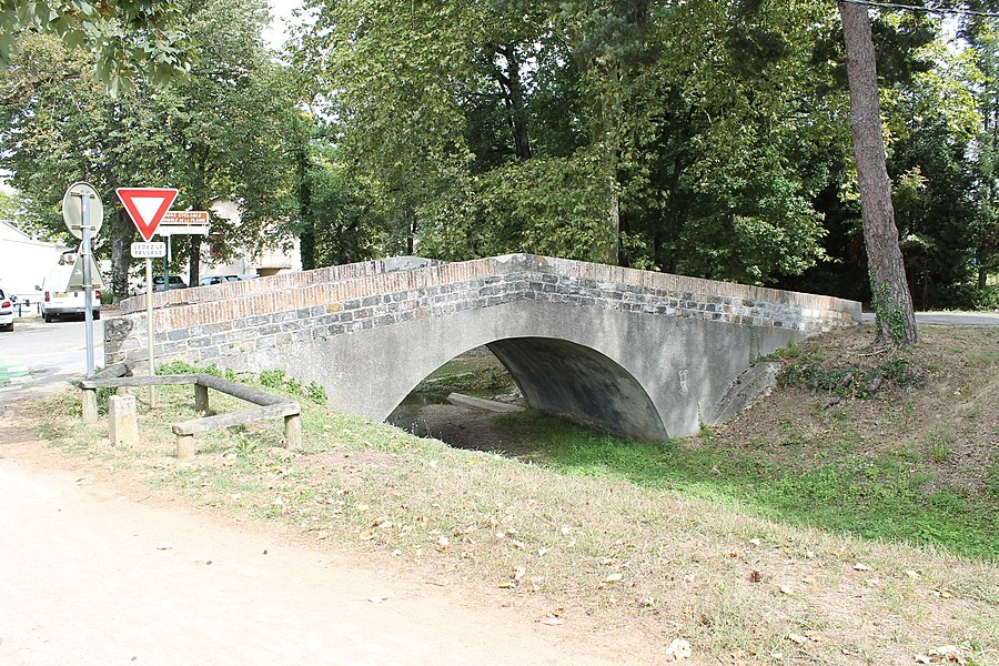 Pont en dos d'âne, enjambant la Rigole de la Plaine à Revel