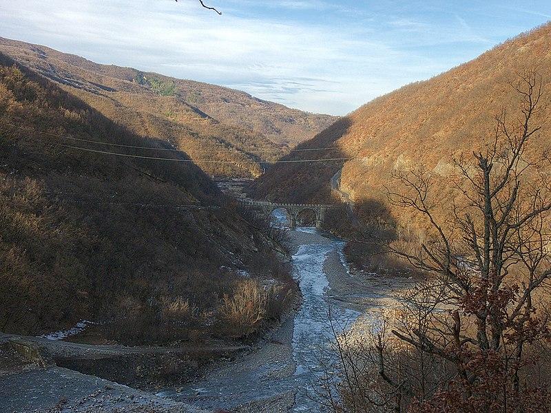 File:Ponte per Carrega dalla strada per Daglio - panoramio.jpg
