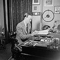 Prins Bernhard achter zijn bureau in zijn werkkamer, Bestanddeelnr 255-7759.jpg