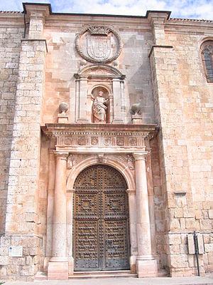 Pilaster - Image: Puerta de la colegiata Lerma