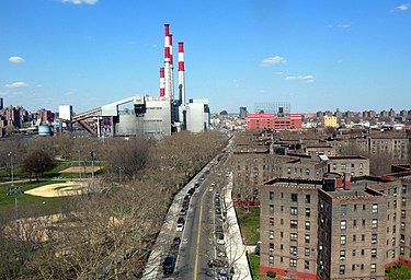 Queensbridge (right), Queensbridge Park (left), and Ravenswood Generating Station (background) Queensbr NYCHA Vernon jeh.JPG