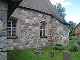 Fil:Rö kyrka, 2020e, byggd av stora stenblock av natursten.jpg