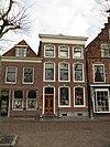 foto van Pand met twee verdiepingen en lijstgevel met geprofileerde en van kuiven voorziene vensteromlijstingen