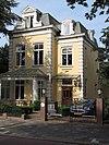foto van Vrijstaande door een tuin omgeven eclectische villa gebouwd op samengestelde plattegrond