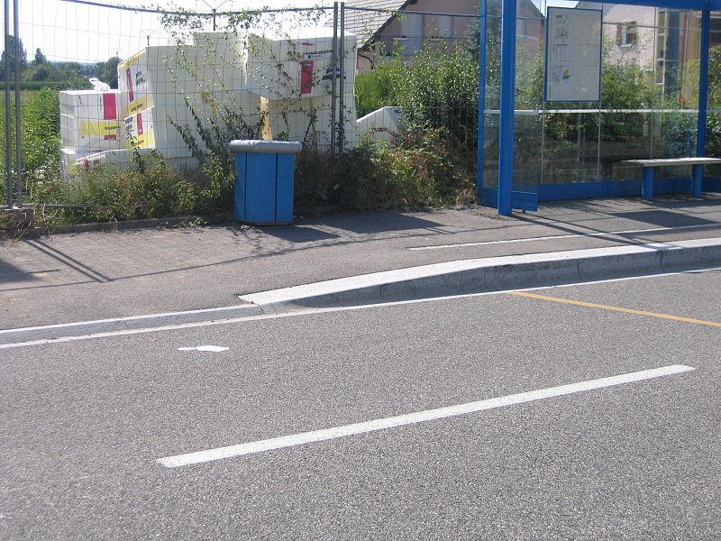 File:Rehaussement trottoir rue Huningue Village-Neuf Distribus ligne 603.jpg