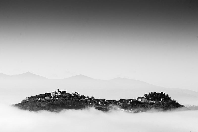 File:Rocca di Montecatini Alto sopra le nuvole.jpg