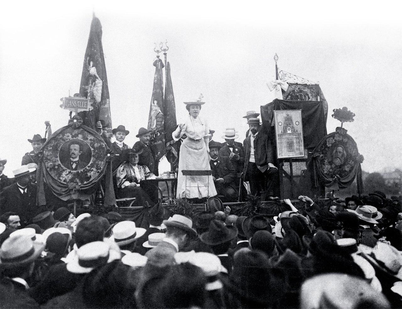 Rosa Lux Stuttgart 1907.jpg