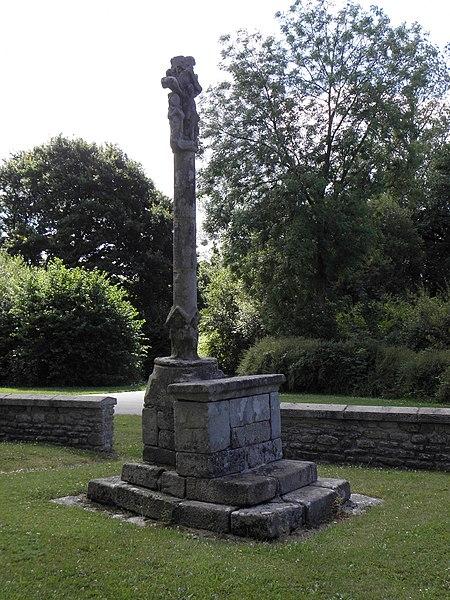 Croix de cimetière de Saint-Caradec-Trégomel (56). Faces septentrionale et occidentale. Christ en Croix entre la Vierge et Saint-Jean.