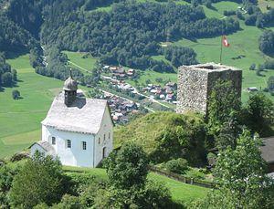 Turm von Schlans neben der Kirche Sta. Maria dalla Neiv