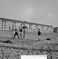 Schoolvoetbal op woensdagmiddag op opgespoten land, Bestanddeelnr 907-5571.jpg