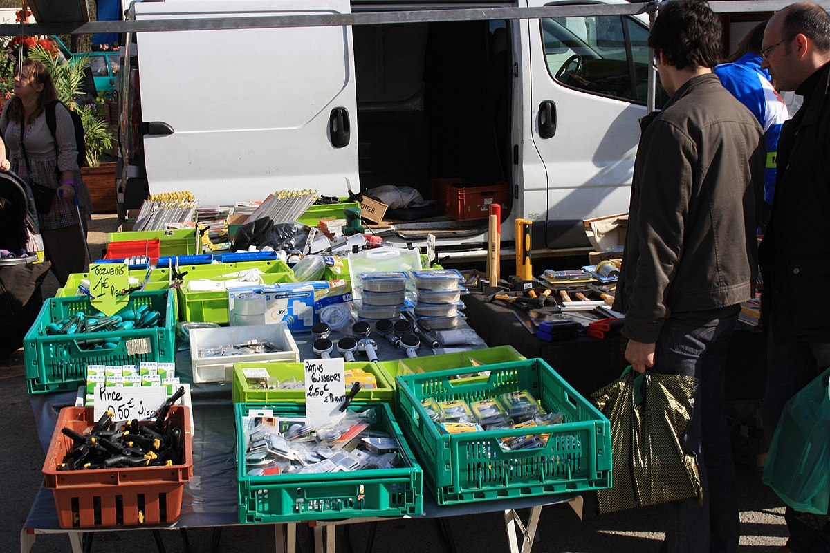 File:Second-hand market in Champigny-sur-Marne 083.jpg