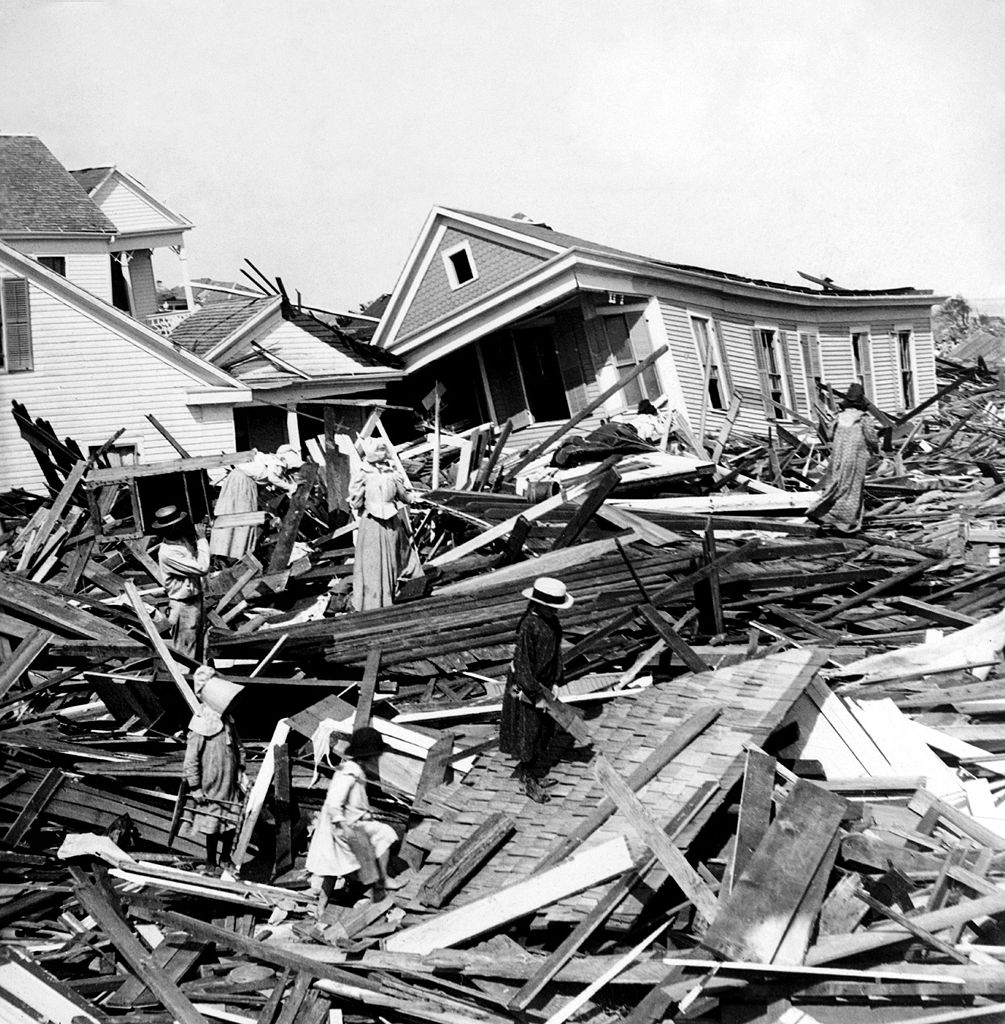 2008 Idea House In Galvestion Texas: File:Seeking Valuables In The Wreckage, Galveston, Texas