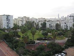שכונת למד; בקדמת התמונה גן ז'ילבר
