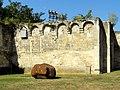 Soissons (02), abbaye Saint-Jean-des-Vignes, muraille avec mâchicoulis, vue depuis l'intérieur de l'intérieur de l'enclos 2.jpg