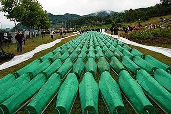 Begräbnis von 465 identifizierten Massakeropfern 2007