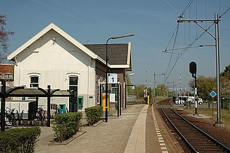 Arkel railway station - The station building, and the single track