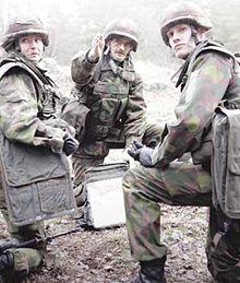 Riservisti finlandesi impegnati in un'esercitazione, verso il 2005. Il soldato sulla sinistra (per chi guarda) è una donna.