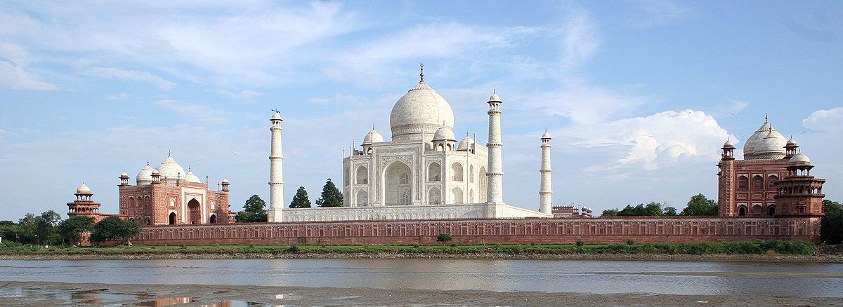 תצלום פנורמי הטאג' מאהל ושני המבנים שלצידיו, מצד שמאל המסגד, ומצד ימין הג'וואב, כפי שנראים מעבר לנהר (לצפייה הזיזו עם העכבר את סרגל הגלילה בתחתית התמונה)