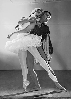 Tamara Toumanova - Toumanova and Serge Lifar performing Swan Lake.