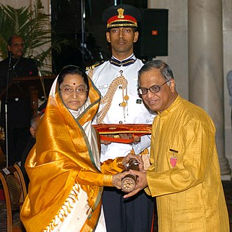 N. R. Narayana Murthy - The President, Smt. Pratibha Devisingh Patil presenting the Padma Vibhushan to Shri N.R. Narayana Murthy, at Rashtrapati Bhavan, in 2008