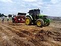 Trator realizando plantio de milho. 01.jpg