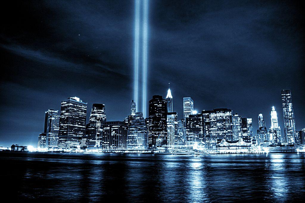 https://upload.wikimedia.org/wikipedia/commons/thumb/b/ba/Tribute_to_September_11%2C_New_York_City.jpg/1024px-Tribute_to_September_11%2C_New_York_City.jpg