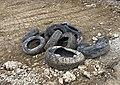 Un tas de vieux pneus sur une aire de travaux en bordure de la route de Genève (Beynost, France).jpg