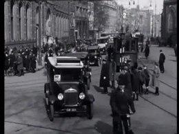 Verkeersdrukte anno 1928 in het centrum van Amsterdam.